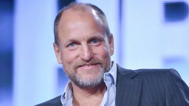 """""""Podem relaxar"""", diz Woody Harrelson sobre troca de diretores"""