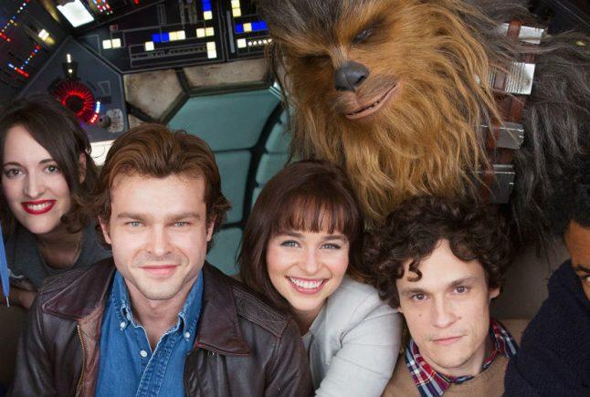 Emilia Clarke brinca com Chewbacca em novo vídeo de bastidores