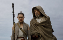 Rey entrega sabre para Luke em nova capa de revista