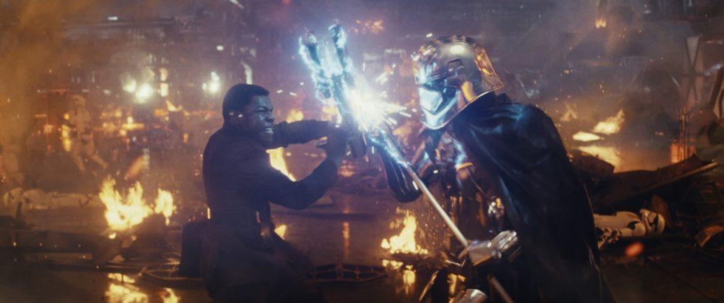"""John Boyega brinca com cena da Capitã Phasma em trailer: """"chefe ruim"""""""